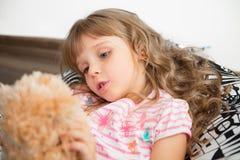 拿着玩具的小女孩 库存照片