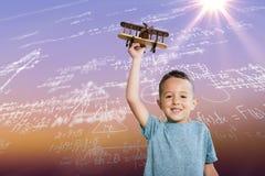 拿着玩具飞机的男孩画象的综合图象 免版税库存照片