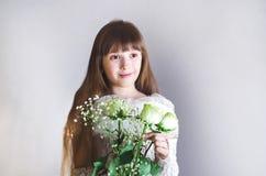 拿着玫瑰的女孩 免版税图库摄影