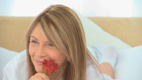 拿着玫瑰的成熟妇女 股票录像