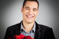 拿着玫瑰的花束人 免版税库存照片