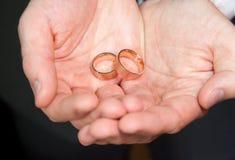 拿着环形的新娘现有量 免版税库存照片