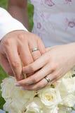 拿着环形的现有量婚姻 免版税库存图片