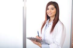 拿着现代办公室妇女的图表医生 免版税库存照片
