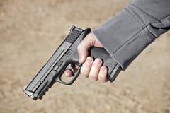拿着现有量枪 免版税库存照片