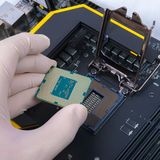 拿着现代处理器的人的手 免版税库存照片