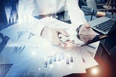 拿着现代片剂屏幕的照片人 工作新的私人银行业项目办公室的贸易商经理 使用电子设备 免版税库存照片