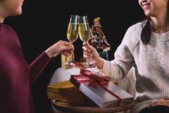 拿着玻璃用香槟的美丽的两名妇女庆祝C 库存照片