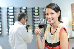 拿着玻璃红葡萄酒的夫人 库存图片