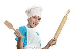 拿着球和小铲的厨房男孩 免版税库存图片