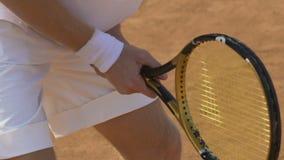 拿着球拍和等待球,体育活动的网球场的运动员 影视素材