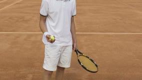 拿着球拍和网球的运动服的男性运动员,训练在法院 影视素材