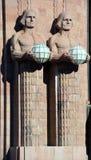 拿着球状灯的雕象 免版税库存图片