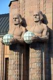拿着球状灯的雕象 免版税图库摄影