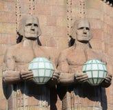 拿着球状灯的雕象 库存图片