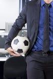 拿着球的买卖人在办公室 免版税库存照片