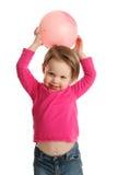 拿着球的女孩显示肚脐 库存图片