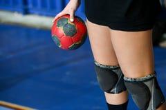 拿着球的手在希腊妇女之前杯菲娜 图库摄影