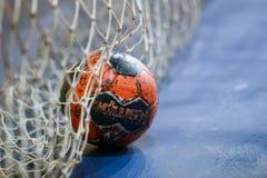 拿着球的手在希腊妇女杯之前 库存照片