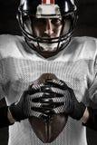 拿着球的美国橄榄球运动员画象  免版税图库摄影