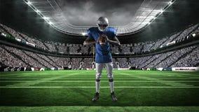 拿着球的美国橄榄球运动员 影视素材
