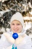 拿着球的运动服的美丽的可爱的白肤金发的女孩装饰圣诞树 垂直的视图 库存图片