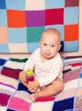 拿着瓶的女婴 免版税图库摄影
