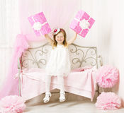 拿着生日礼物的女孩 愉快的孩子与 库存图片