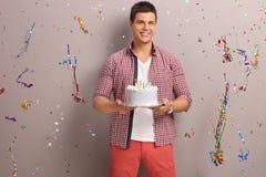 拿着生日蛋糕的快乐的人 库存照片