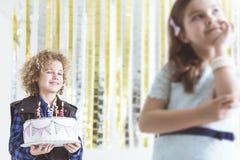 拿着生日蛋糕的男孩 免版税图库摄影