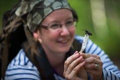 拿着甲虫的妇女 库存图片