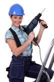 拿着电动工具的匠人 免版税图库摄影