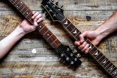 拿着电吉他的父亲和儿子 图库摄影