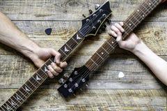拿着电吉他的父亲和儿子 库存图片
