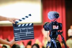 拿着电影拍板的人手 电影导演概念 照相机展示反光镜图象在采访或广播婚礼的抓住行动 库存照片