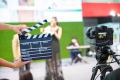 拿着电影拍板的人手 电影导演概念 照相机展示反光镜图象在采访或广播婚礼的抓住行动 库存图片