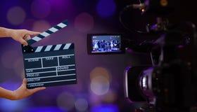 拿着电影拍板的人手 电影导演概念 照相机展示反光镜图象在采访或广播婚礼的抓住行动 免版税图库摄影