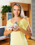 拿着电灯泡的微笑的女孩 免版税图库摄影