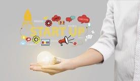 拿着电灯泡的手 概念为新的想法开始  免版税库存图片