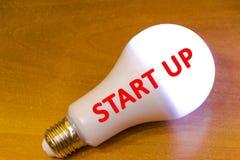 拿着电灯泡的新的想法概念手 开始  免版税库存图片