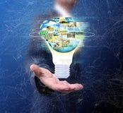 拿着电灯泡社交网络的商人 免版税库存图片