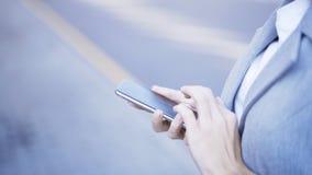 拿着电话的女性手特写镜头tryping 免版税图库摄影