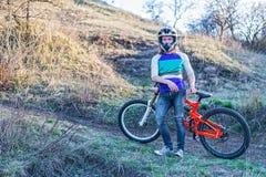 拿着登山车,自由空间的骑自行车者 免版税图库摄影
