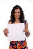 拿着白人妇女的名片新 免版税库存图片
