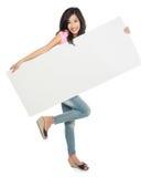 拿着白人妇女的美丽的空插件新 库存图片
