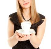 拿着白人妇女的美好的杯子重点 图库摄影