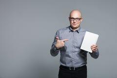 拿着白皮书的企业教练员演播室画象 免版税库存图片