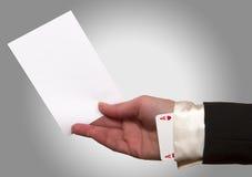 拿着白皮书的妇女手 图库摄影