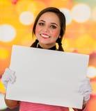 拿着白皮书的逗人喜爱的女孩小丑笑剧特写镜头画象  免版税库存照片
