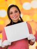拿着白皮书的逗人喜爱的女孩小丑笑剧特写镜头画象  库存照片